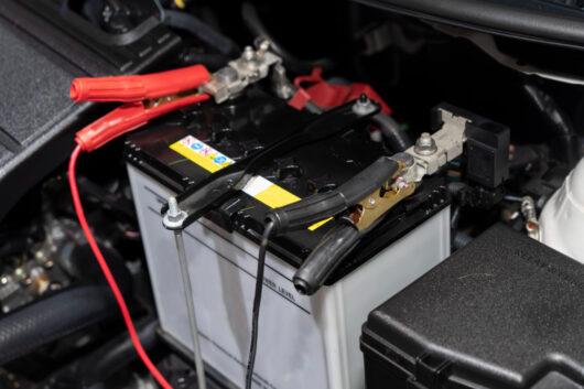 Jak uruchomić auto z pomocą kabli rozruchowych?
