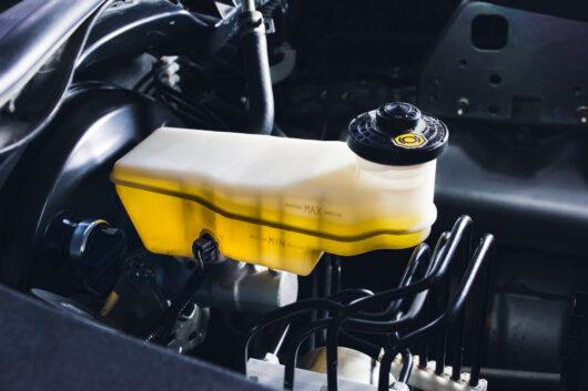 Jak sprawdzić poziom płynu hamulcowego w samochodzie?